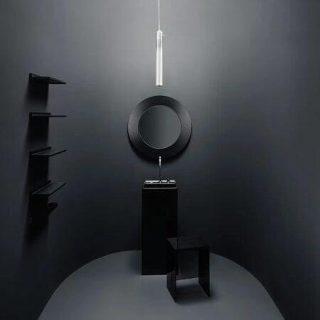 Un baño diseñado por Palomba Serafini Associati con piezas cerámicas y elementos en plástico