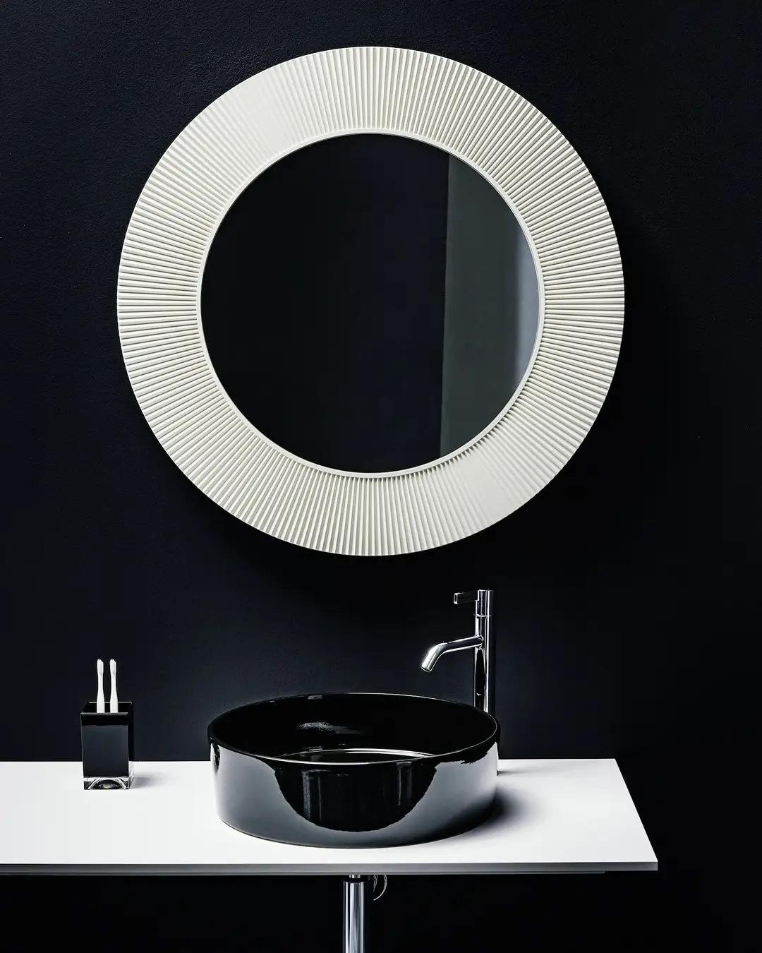 Baño de lujo compuesto de cerámica y elementos en plástico