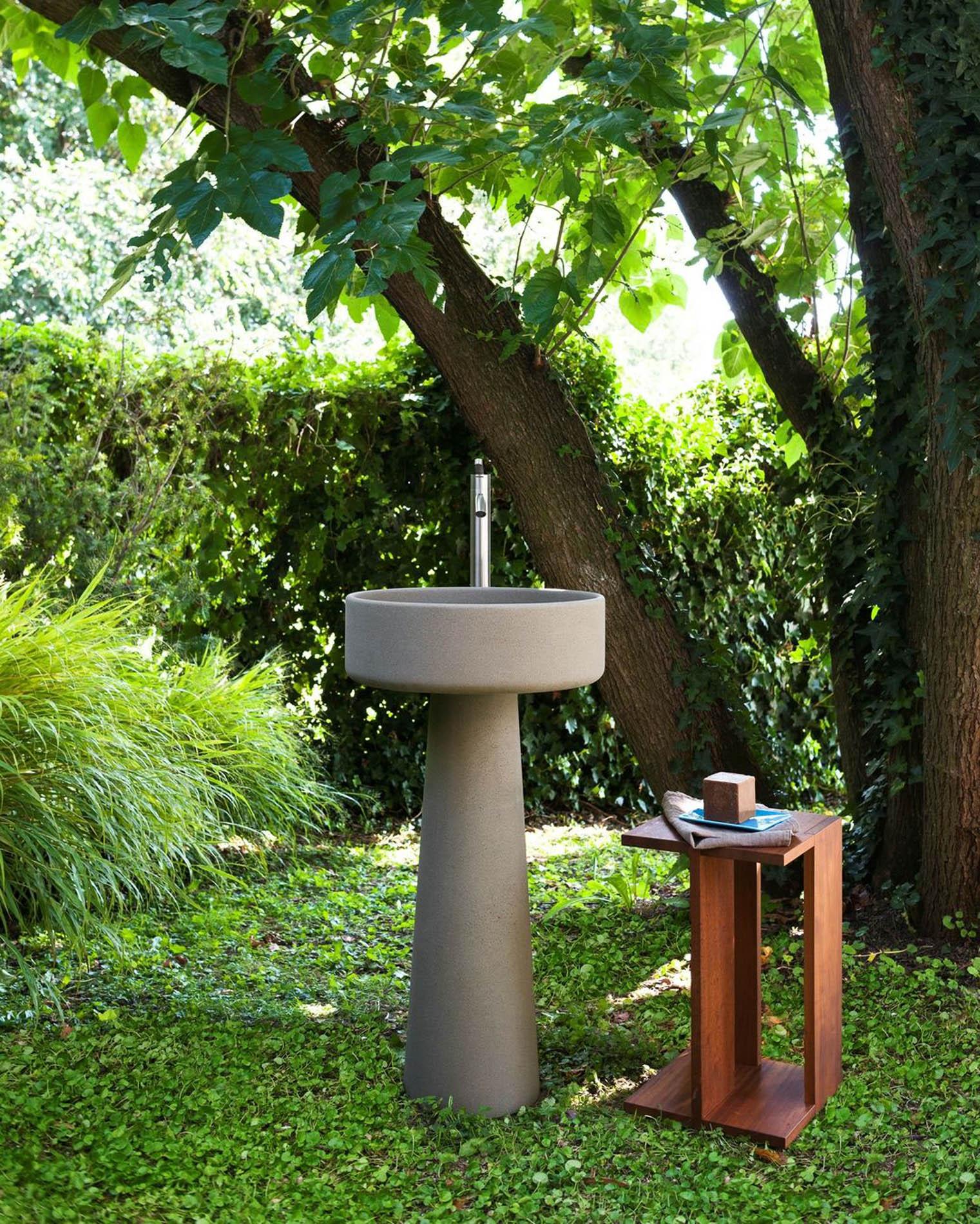 Colección de lavabos Bjhon de Agape, diseñada por Angelo Mangiarotti en 1970, se ha revisado para transformar lo que originalmente era un jarrón para flores en un precioso lavabo de diseño y ahora está disponible en nuestro Showroom de materiales en Barcelona